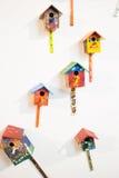 Maisons colorées d'oiseau sur le blanc Photos stock