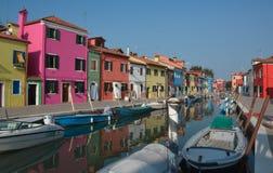 Maisons colorées dans Burano photo libre de droits
