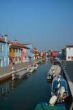 Maisons colorées dans Burano images stock