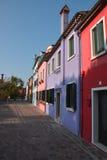 Maisons colorées dans Burano image stock