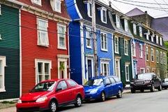 Maisons colorées dans la rue John Images stock