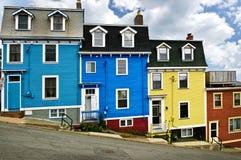 Maisons colorées dans la rue John Image stock