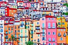 Maisons colorées dans le village de la Provence de Menton Photo stock