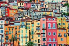 Maisons colorées dans le village de la Provence de Menton Images libres de droits