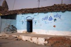 Maisons colorées dans le village indien photographie stock libre de droits