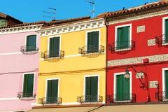 Maisons colorées dans une ligne sur l'île de Burano Photo stock