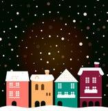 Maisons colorées de ville de Noël avec neiger derrière Photo stock