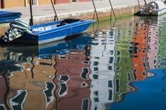 Maisons colorées et réflexions, Burano, Italie Image libre de droits