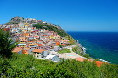 Maisons colorées et un château de ville de Castelsardo photos stock
