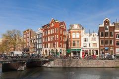 Maisons colorées le long du jour de remblai de canal au printemps Photographie stock