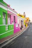 Maisons colorées lumineuses dans le voisinage BO-Kaap photographie stock libre de droits