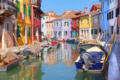 Maisons colorées par le canal de l'eau Images stock