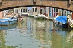 Maisons colorées sous un pont Photo stock