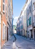Maisons colorées sur la grande rue de rue étroite dans Draguignan, ` Azur, France de Cote d le jour ensoleillé Photographie stock