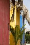 Maisons colorées sur la plage, sel de Punta près de Mancora, Pérou Photo stock
