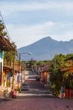 Maisons colorées sur la rue de pavé rond de Grenade Image stock