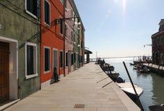 Maisons colorées sur un bord de mer dans Burano, Venise, Italie Image stock