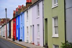 Maisons colorées sur une ligne dans une rue de Brighton Image libre de droits