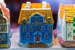 Maisons colorées Vue des jouets miniatures de souvenirs traditionnels de Tallinn de la vieille ville dans la boutique de souvenir images libres de droits