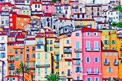 Maisons colorées dans le village de la Provence de Menton Photo stock