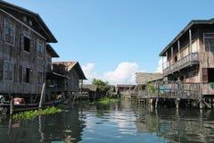 Maisons d'échasse en Thaïlande image stock