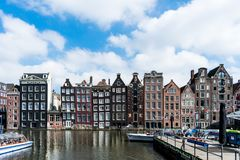 Maisons d'Amsterdam sur un chanel images libres de droits