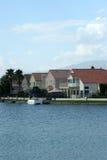 Maisons de bord du lac avec la vue de l'eau Images stock