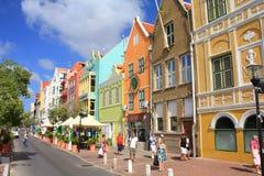 Maisons de bord de mer dans le secteur historique Punda, île de Willemstad du Curaçao images stock