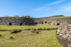 Maisons de brique aux ruines du village d'Orongo à Rano Kau Volcano - l'île de Pâques, Chili Photographie stock libre de droits