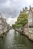Maisons de canal sous un ciel foncé photographie stock