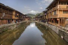 Maisons de Dong avec des réflexions, village de Zhaoxing Dong, Guizhou pro Photographie stock libre de droits