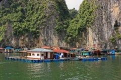 Maisons de Fisher dans la baie de Halong, Vietnam Images libres de droits