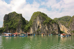 Maisons de Fisher dans la baie de Halong, Vietnam Photographie stock