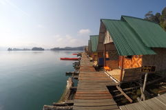 Maisons de flottement de Khao Sok National Park Thailand Photographie stock