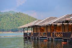 Maisons de flottement sur le barrage Images libres de droits