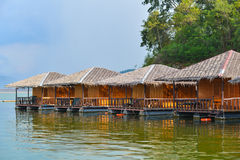 Maisons de flottement sur le barrage Photographie stock