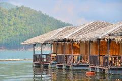 Maisons de flottement sur le barrage Photos stock
