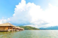Maisons de flottement sur le barrage Photos libres de droits