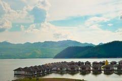 Maisons de flottement sur le barrage Photo stock