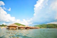 Maisons de flottement sur le barrage Images stock