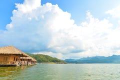 Maisons de flottement sur le barrage Image stock