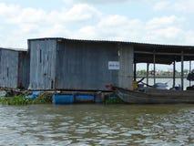 Maisons de flottement sur le Mekong au Vietnam Photo libre de droits