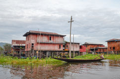 Maisons de flottement traditionnelles de village dans le lac Inle, Myanmar photos stock