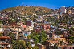 Maisons de Hillside dans une banlieue de Valparaiso images stock