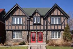 Maisons de jumeau de style de Tudor photographie stock libre de droits