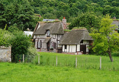Maisons de la Normandie encadrées par bois de construction traditionnel photo stock