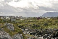 Maisons de la Norvège avec les montagnes Photos stock