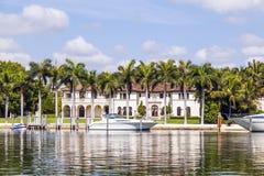 Maisons de luxe au canal à Miami Photographie stock
