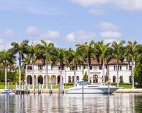 Maisons de luxe au canal à Miami Image stock