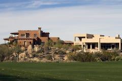 Maisons de luxe modernes neuves de terrain de golf Image libre de droits